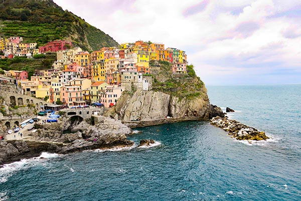 Lovely Manarola village in Cinque Terre. Do you plan to visit the popular 5 villages that make up the Cinque Terre in Italy? But how can you travel on the Cinque Terre train and what is the Cinque Terre Pass? I explain how to use the Cinque Terre Card to travel by train to the Cinque Terre train station in this ultimate guide for Cinque Terre Train Travel