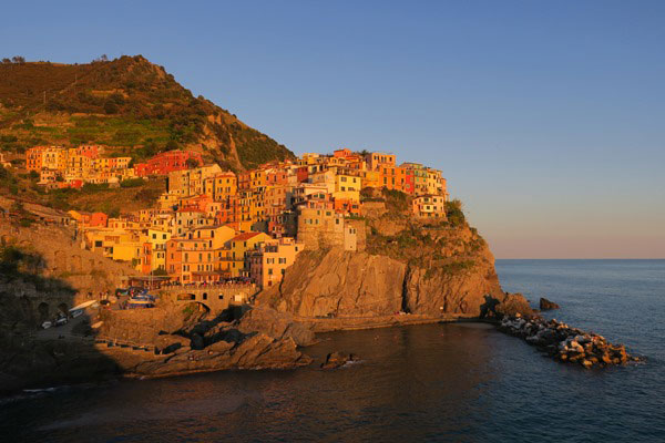 Sunset of Manarola. Do you plan to visit the popular 5 villages that make up the Cinque Terre in Italy? But how can you travel on the Cinque Terre train and what is the Cinque Terre Pass? I explain how to use the Cinque Terre Card to travel by train to the Cinque Terre train station in this ultimate guide for Cinque Terre Train Travel