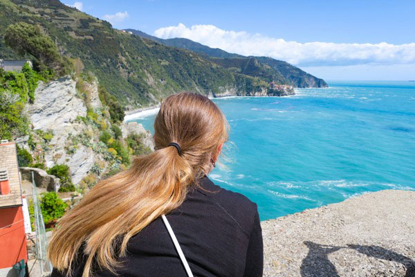 Overlooking the torquoise waters of Cinque Terre. Do you plan to visit the popular 5 villages that make up the Cinque Terre in Italy? But how can you travel on the Cinque Terre train and what is the Cinque Terre Pass? I explain how to use the Cinque Terre Card to travel by train to the Cinque Terre train station in this ultimate guide for Cinque Terre Train Travel
