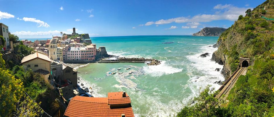 Panorama view of Vernazza. Do you plan to visit the popular 5 villages that make up the Cinque Terre in Italy? But how can you travel on the Cinque Terre train and what is the Cinque Terre Pass? I explain how to use the Cinque Terre Card to travel by train to the Cinque Terre train station in this ultimate guide for Cinque Terre Train Travel
