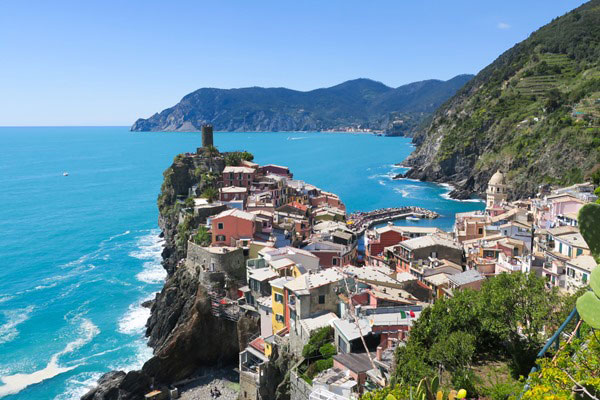 View of Vernazza and Monterosso in the back. Do you plan to visit the popular 5 villages that make up the Cinque Terre in Italy? But how can you travel on the Cinque Terre train and what is the Cinque Terre Pass? I explain how to use the Cinque Terre Card to travel by train to the Cinque Terre train station in this ultimate guide for Cinque Terre Train Travel