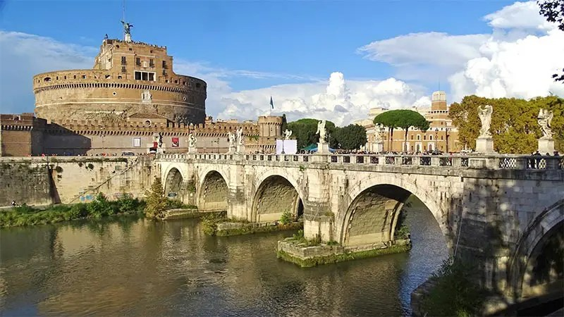 There is more to the Papal Palaces than just the Vatican. I list 9 places where you might see the Pope in Rome and the Vatican.
