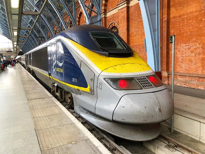 If you travel from Holland to London, UK, you can fly or take the Eurostar to London. Read my surprising comparison if the Eurostar train can beat flying