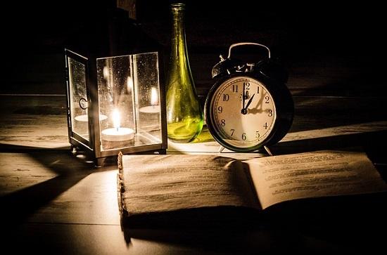 Duftkerzen Candle-Lite Beitragsbild mit Kerze Buch, Flasche und Wecker Probenqueen