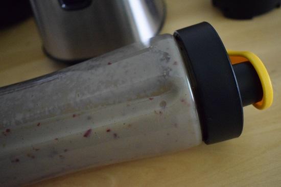 AEG Mini Mixer SB2700 gefüllt und geschlossene Tritanflasche mit Smoothie www.probenqueen.de