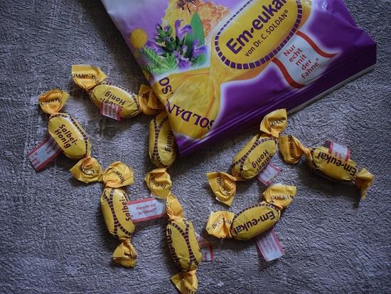 Bonbons von Em-Eukal Salbei-Honig-Bonbons ausgepackt www.probenqueen.de