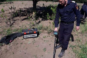 Grenadă ofensivă descoperită după repararea gardului de la cimitirul din Salcia Tudor