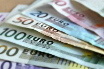 Leul înregistrează astăzi un minim istoric în raport cu euro