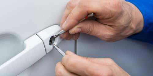 Locksmith Repairing Car Door