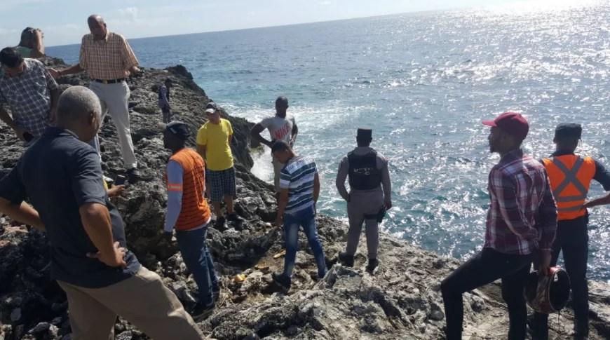 Joven mujer se lanza al mar con su hijo