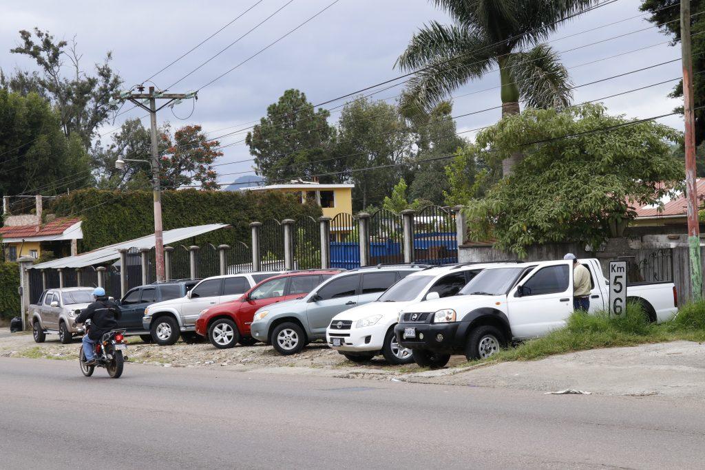 Unos 10 kilómetros de carretera Interamericana, Chimaltenango, son utilizados para vender vehículos importados.
