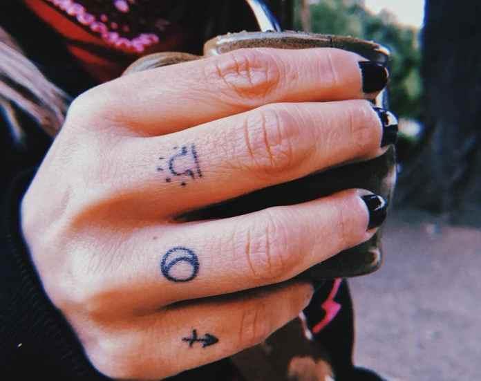 Tatuaje pequeño y simples en dedos