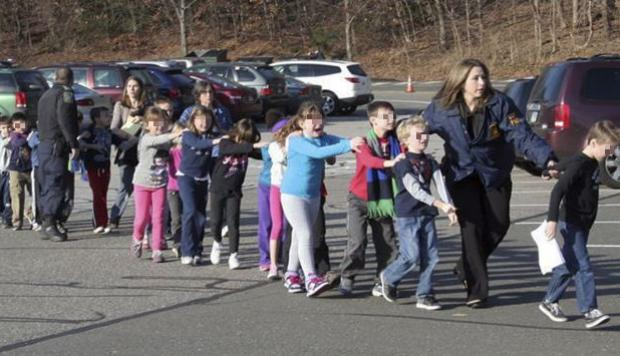 evacuación de niños en Masacre en la escuela primaria de Sandy Hook