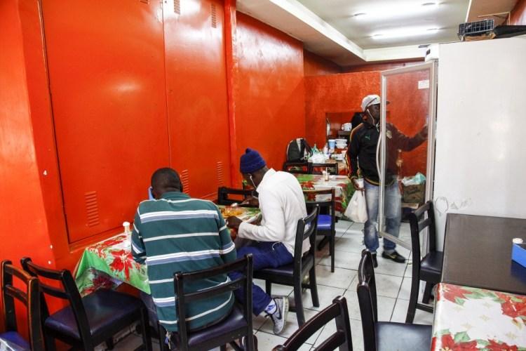 O restaurante senegalês Lalingé, no movimentado centro de São Paulo, atrai imigrantes de todo o continente africano.