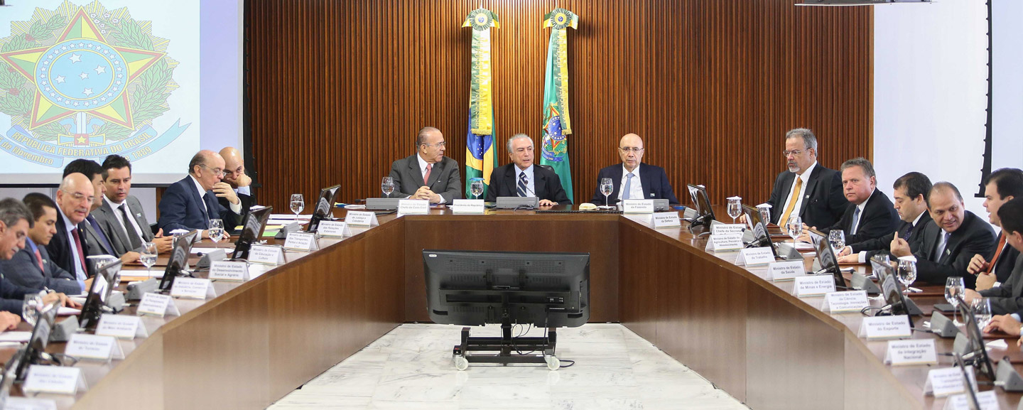 The president in office, Michel Temer (c), held the first ministerial meeting to discuss the first steps of the government, at the Planalto Palace in Brasilia, capital of Brazil, on May 13, 2016. Photo: DANIEL TEIXEIRA/ESTADAO CONTEUDO (Agencia Estado via AP Images)