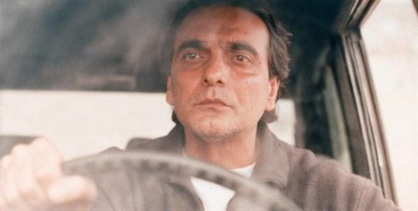 بديع (همایون ارشادی) من فيلم طعم الكرز  في سيارته taste of cherry