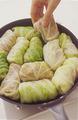 キャベツの葉をゆでたフライパンにロールキャベツをすきまなく並べる。水1と1/2カップを回し入れ、スープの素、ベーコンを全体に散らして中火にかける。煮立ったら弱火にしてふたをし、30~40分煮る。