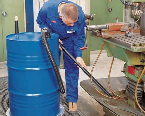 Aspirador de líquidos para el vaciado de cubetos, por ejemplo