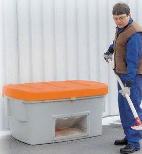 Práctico contenedor para disponer de sal el frío y el invierno