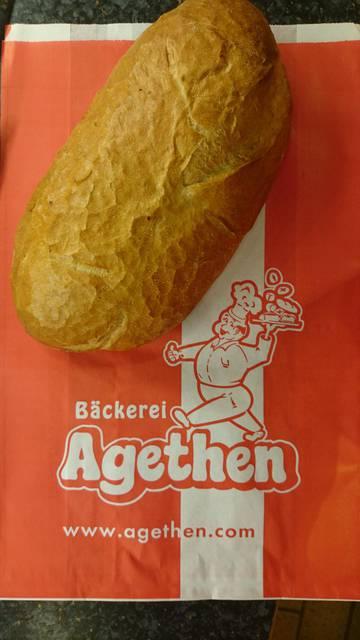 Dies ist ein Produktbild der Bäckerei Agethen aus Oberhausen. Einer Handwerksbäckerei. Produkt: Baguette-Brötchen Aufnahme in der totalen Ansicht