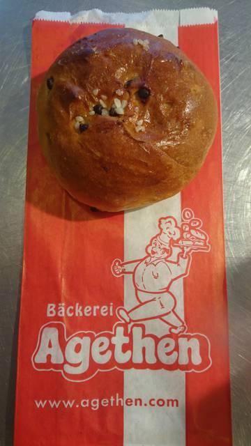 Dies ist ein Produktbild der Bäckerei Agethen aus Oberhausen. Einer Handwerksbäckerei. Produkt: Eierwecken-Schoko Aufnahme in der totalen Ansicht