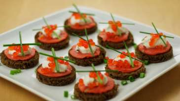 Crutoane cu caviar si somon