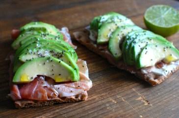 paine de secara cu avocado si prosciutto