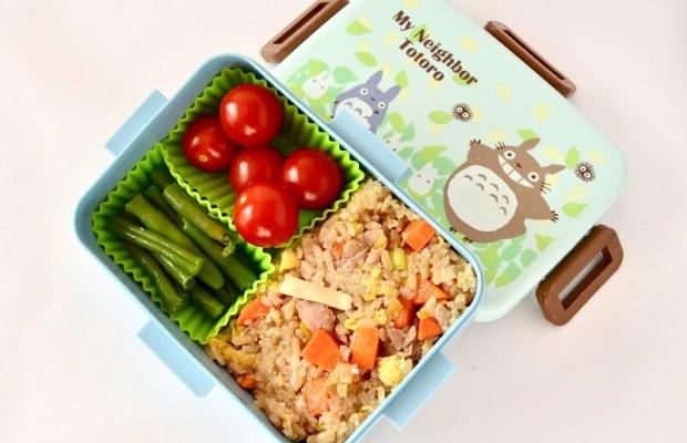Foto van een yakimeshi bento in een schattige My Neighbour Totoro lunchbox.