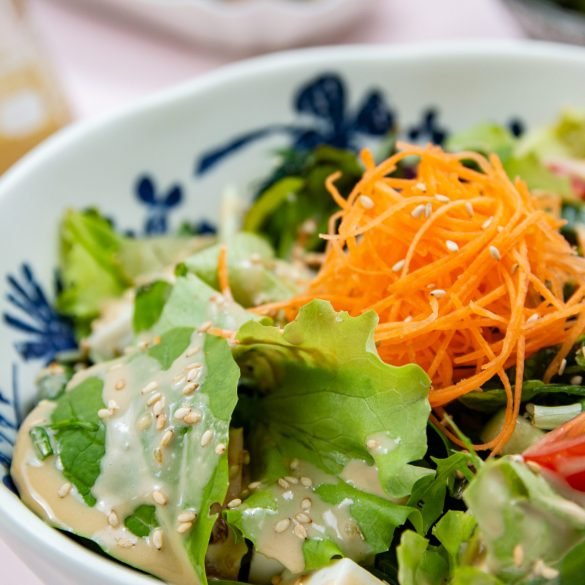 Gemengde salade met Japanse sesamdressing.
