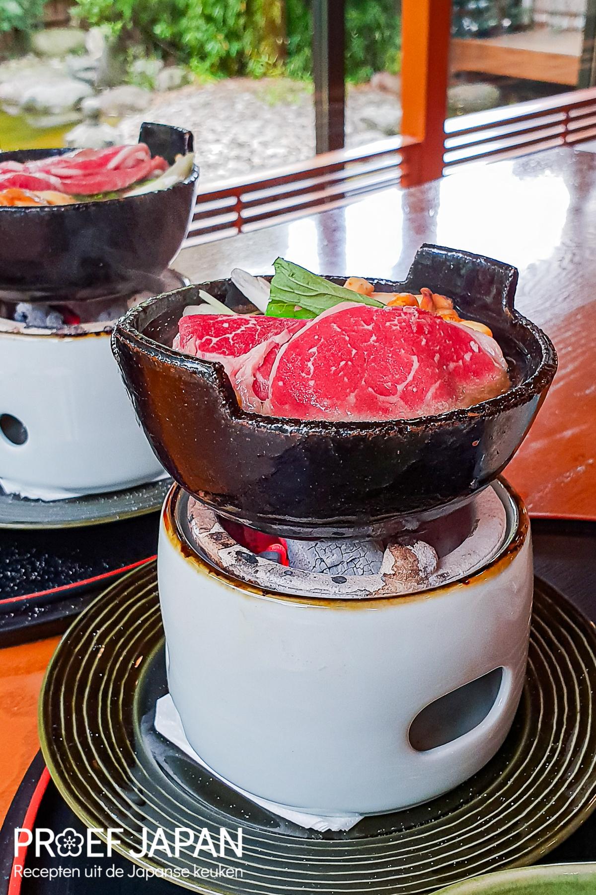 Shiizakana gang tijdens het diner bij restaurant Yamazato. Een sukini stijl hotpot met dungesneden ribeye.