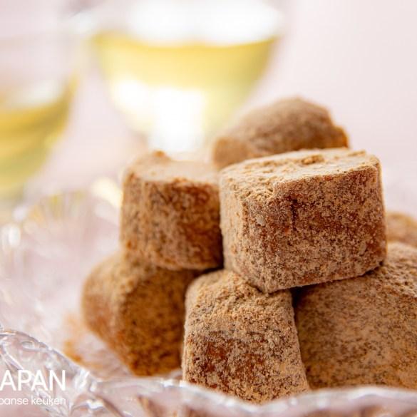 Kinako ame. Japanse snoepjes gemaakt met honing, sojameel en sesamzaadjes.