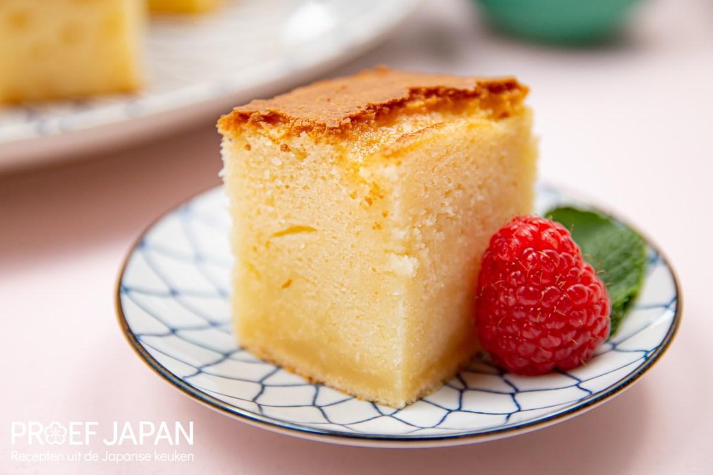 Proef Japan foto van ons recept voor Hawaiiaanse Boter Mochi. Close-up van stukje cake met framboos en munt.