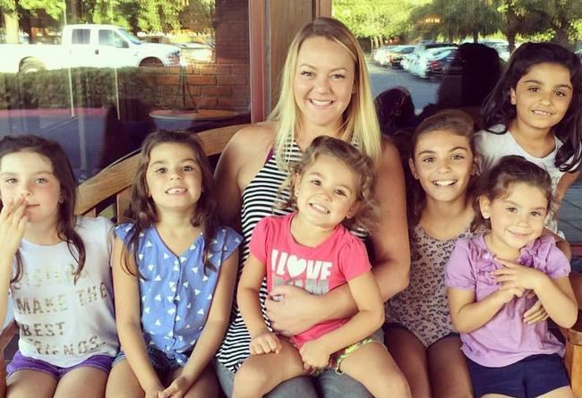 Женщина удочерила 6 девочек, чтобы их не разлучили