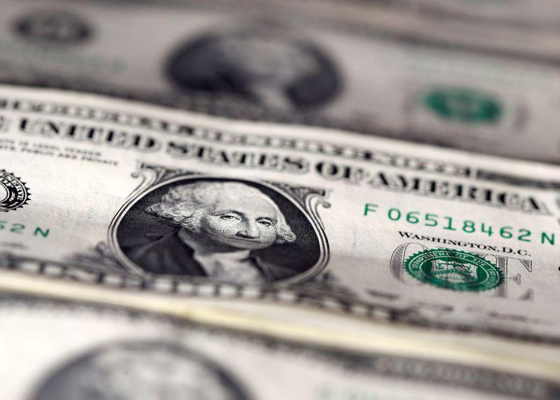 Доллар укрепляет свои позиции на фоне растущей напряженности в США