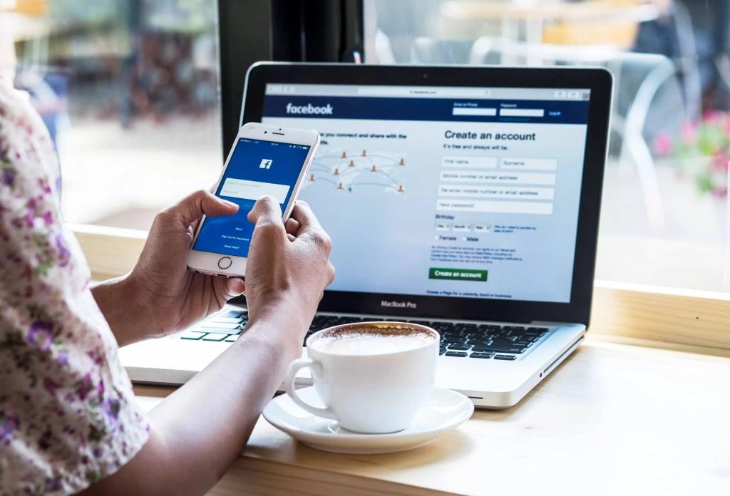verschil tussen een Facebook-pagina en een Facebook-groep? - scherm met facebook en telefoon