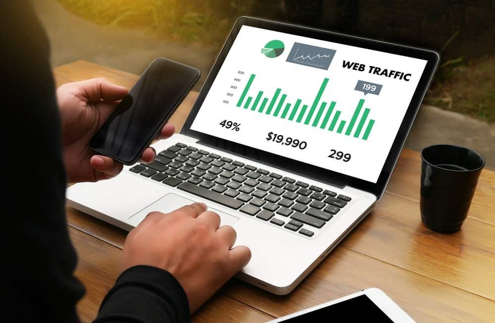 Laptop met statistieken - meer bezoekers op je blog #profbloggers