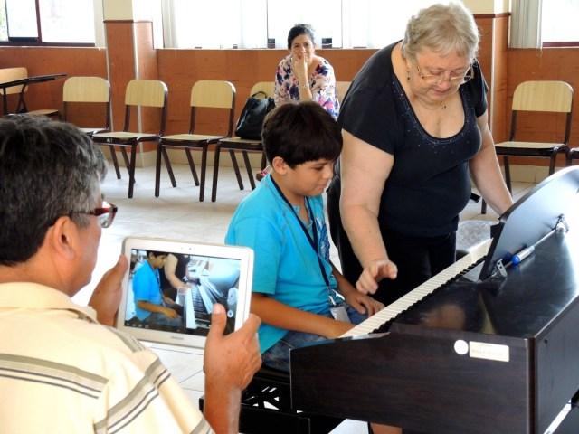 Juan Pablo recibiendo clase maestra con la profesora Roberta Espenshade (foto propia).