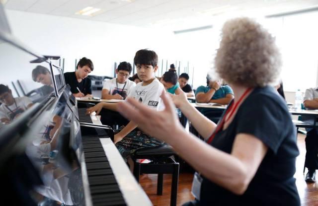 Juan Pablo recibiendo clase maestra con Caroline Fraser (foto: Sergio Aguilar para la ASP).