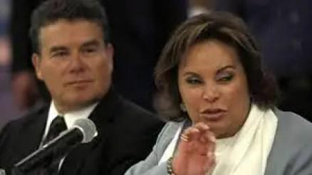 La Maestra Elba Esther Gordillo en la cúspide del poder.   A su derecha, el actual líder del SNTE, Juan Díaz de la Torre.