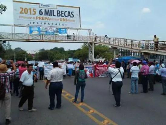 Maestros de la CETET bloquean la Avenida Gregorio Méndez Magaña.