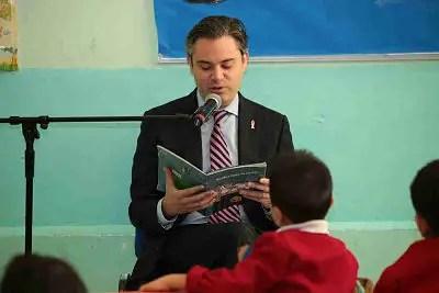 Foto:  SEP El titular de la SEP interactuando con niños de la escuela Presidente Alemá,  en la ciudad de México