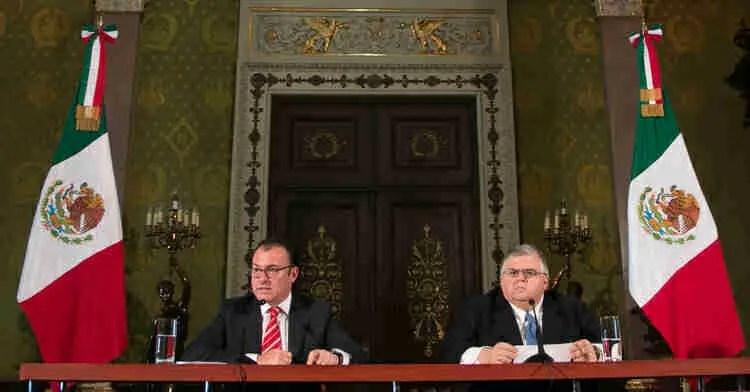 Luis Videgaray, Secretario de Hacienda y Agustín Carstens, Gobernador del Banco de México durante en anuncio del recorte presupuestal.