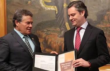 Juan Díaz de la Torre entregando a Aurelio Nuño el pliego general de demandas