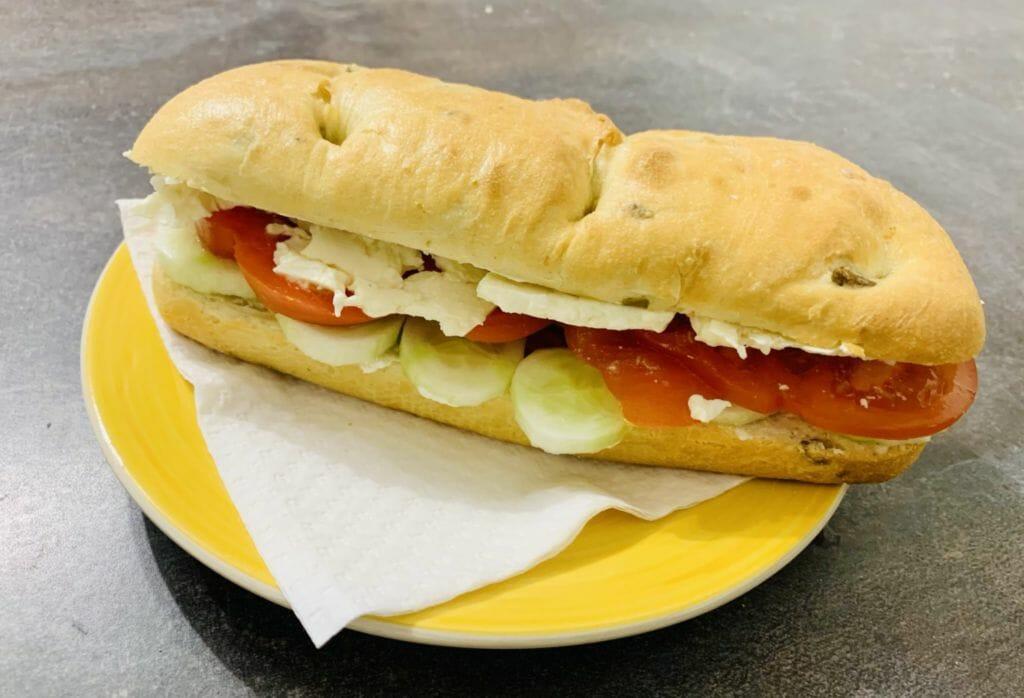 Сандвич с краставици, домати и сирене