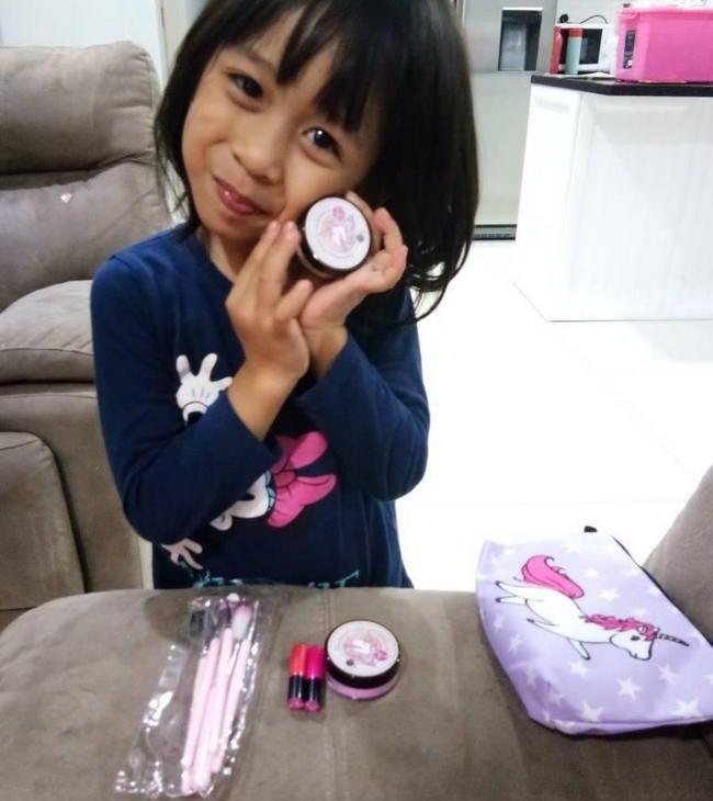 anak perempuan suka set make up unicorn