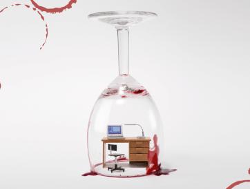 Omgekeerde glaswijn met een bureau en stoel binnen het glas met rode wijn vlekken