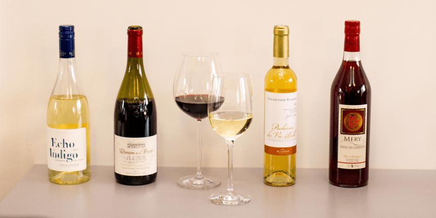 Foto van twee flessen wijnen met glazen