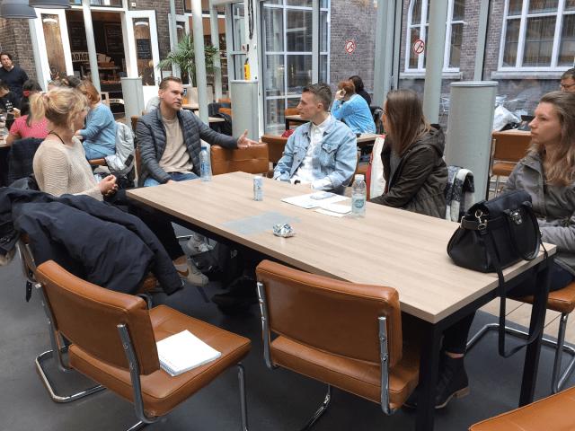 foto van het groep aan tafel