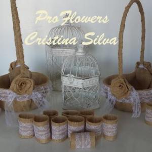 Cestas de brindes/petalas e argolas de guardanapo