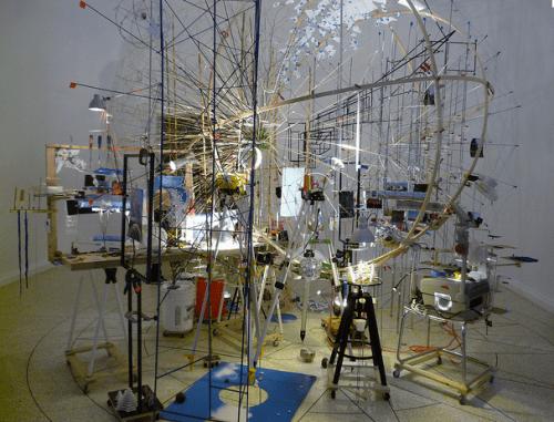 Sarah Sze, Portable Planetarium, 2010, pavillon des Etats-Unis, Biennale de Venise 2013 Environnement imaginaire à partir d'objets abandonnés